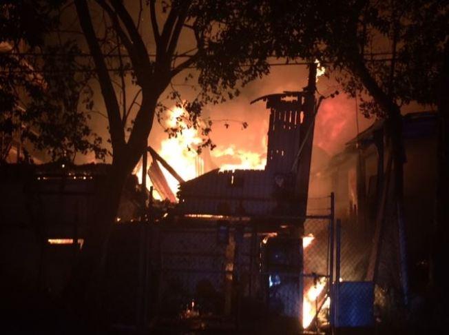 Fuego de grandes proporciones consume residencias
