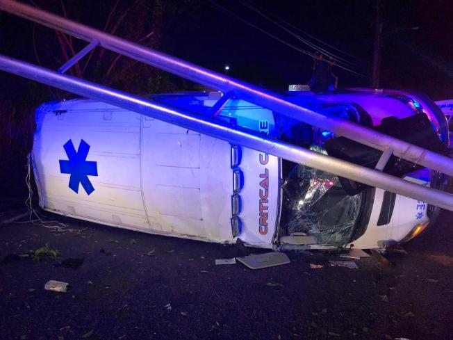 Se vuelca ambulancia en Cupey