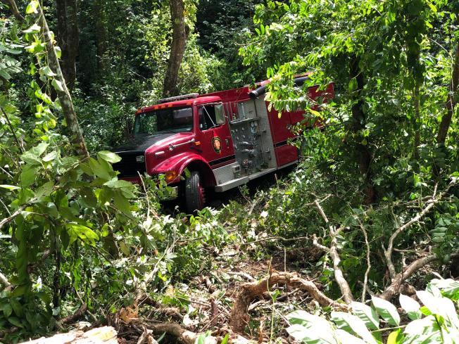 Camión de Bomberos cae por barranco en Quebradillas
