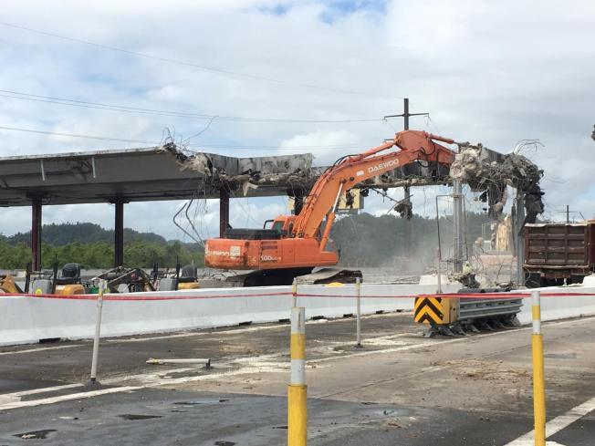 Realizan trabajos de demolición en peaje de Toa Baja