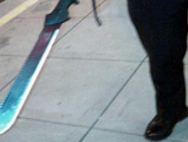 Hombre amenaza e intimida a mujer con un machete