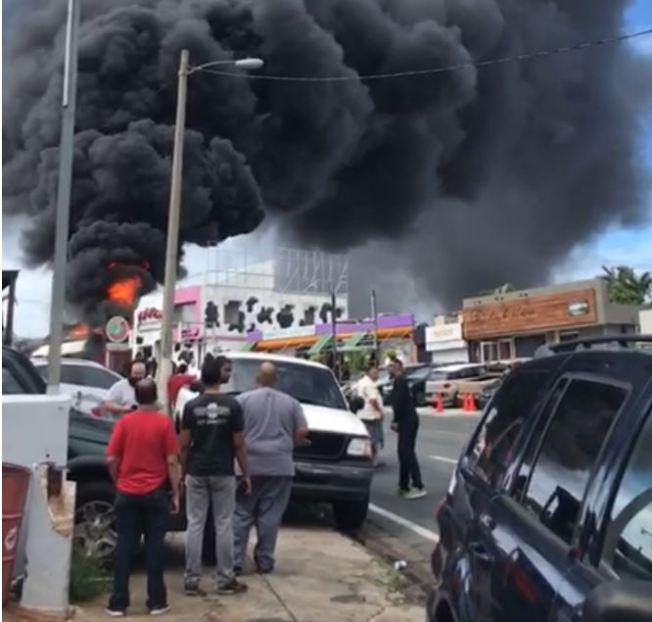 Bomberos combaten incendio en Río Piedras