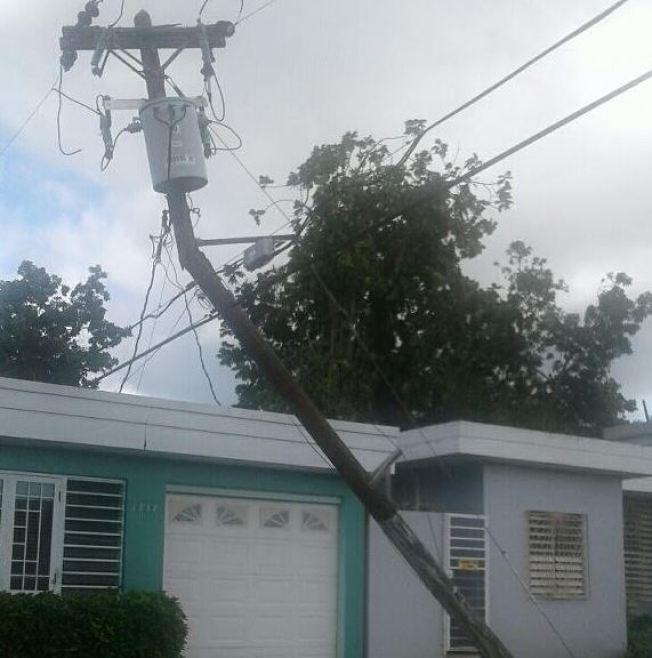 Residentes aterrorizados por poste del tendido eléctrico