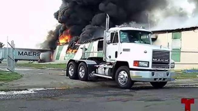 Vuelve a incendiarse planta  de neumáticos en Juncos