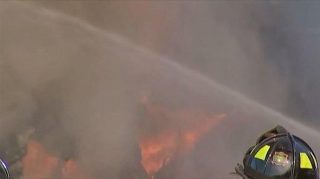 Incendian vehículos en residencia de un policía