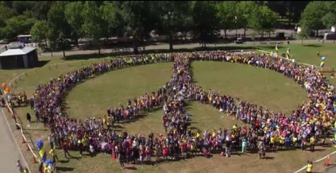 Intentan formar símbolo de la paz más con más personas