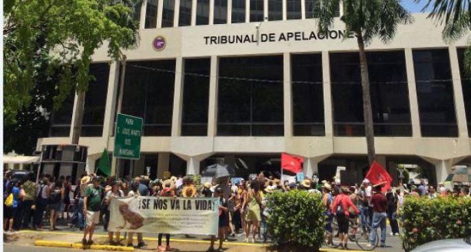 Manifestantes protestan frente al Tribunal Federal