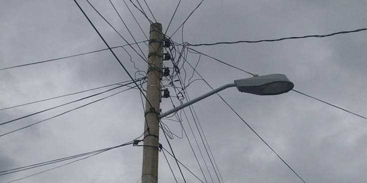 Caída de poste afecta el tránsito en PR-167