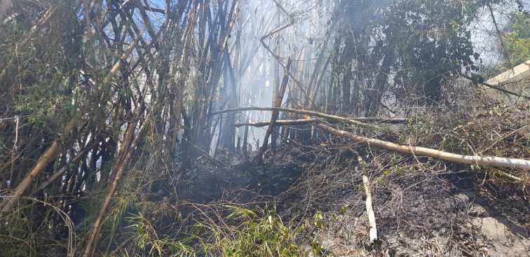 Fuego amenaza a gasolinera en Naranjito