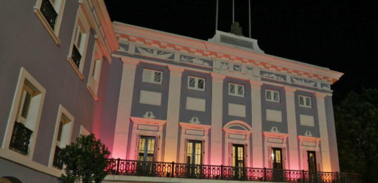 La Fortaleza se ilumina de rosa