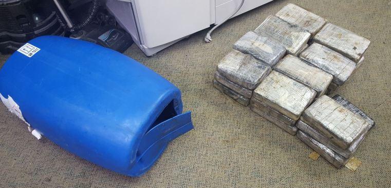 Ocupan 72 libras de cocaína oculta en recipientes de gasolina