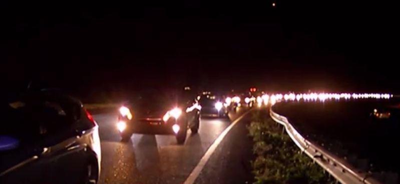 Joven choca en autopista y se lanza de puente